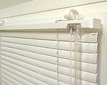 Белые стандартные горизонтальные жалюзи с шириной ламели 25 мм
